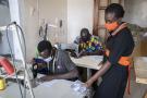Dans l'atelier de Touty Sy, à Dakar, qui propose d'offrir des masques en tissus aux personnes vulnérables, le 20 avril 2020.