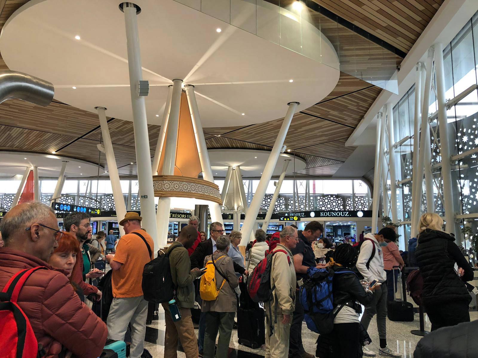 Des touristes bloqués à l'aéroport de Marrakech pour cause de suspension des vols en pleine crise du coronavirus, le 19 mars 2020 (archive).