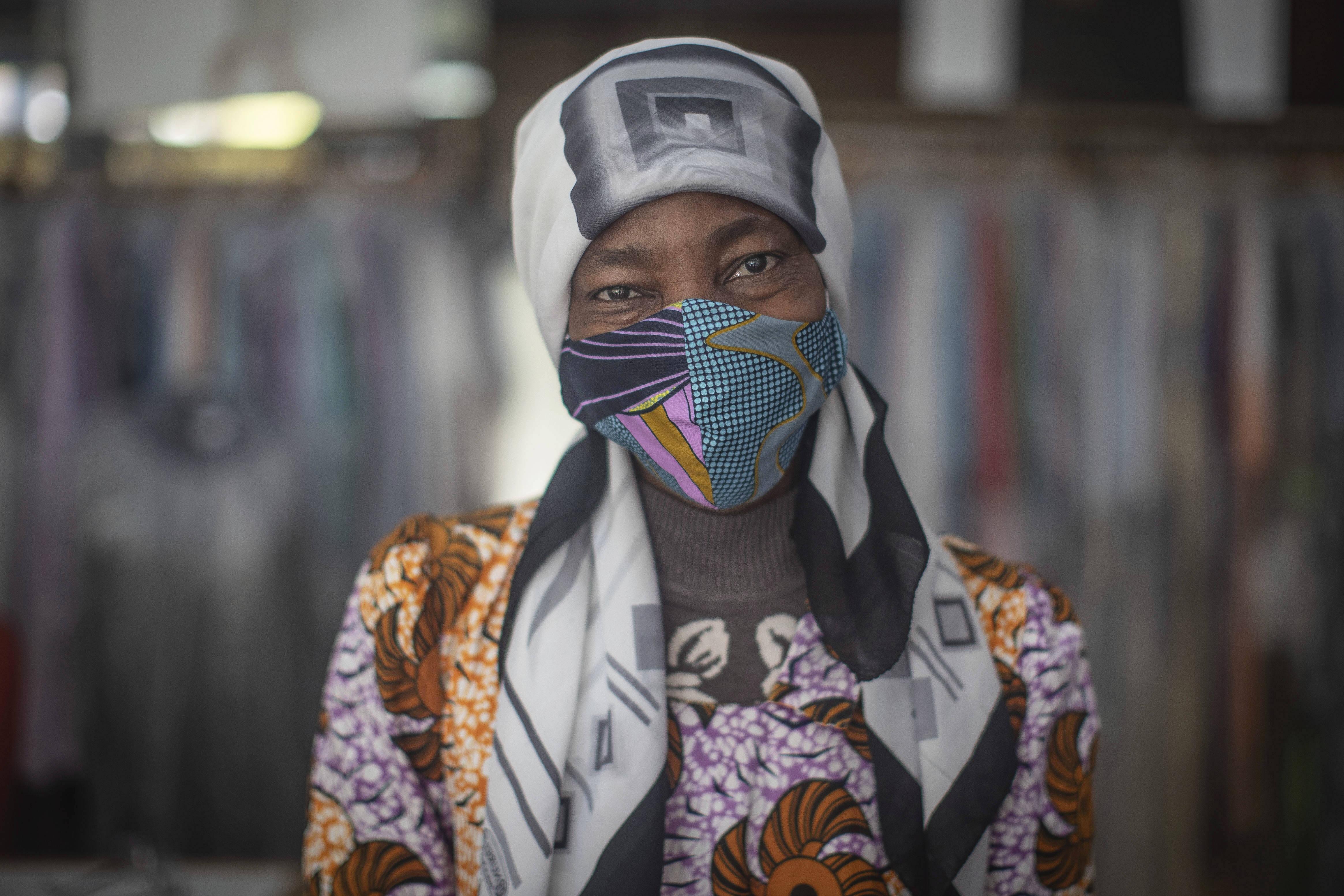 Solange Benga, originaire de RDC, dans l'atelier de couture de l'ONG Migrants du Monde où elle fabrique des masques contre le coronavirus, à Rabat, au Maroc, le 16 avril 2020 (Illustration).