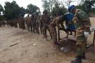 Des soldats centrafricains déployés à Birao suite aux récents affrontements dans cette région du nord-est du pays, sont soumis aux protocoles de l'OMS pour empêcher la propagation du coronavirus en collaboration avec l'équipe médicale du contingent zambien de la Minusca, le 14 avril 2020.