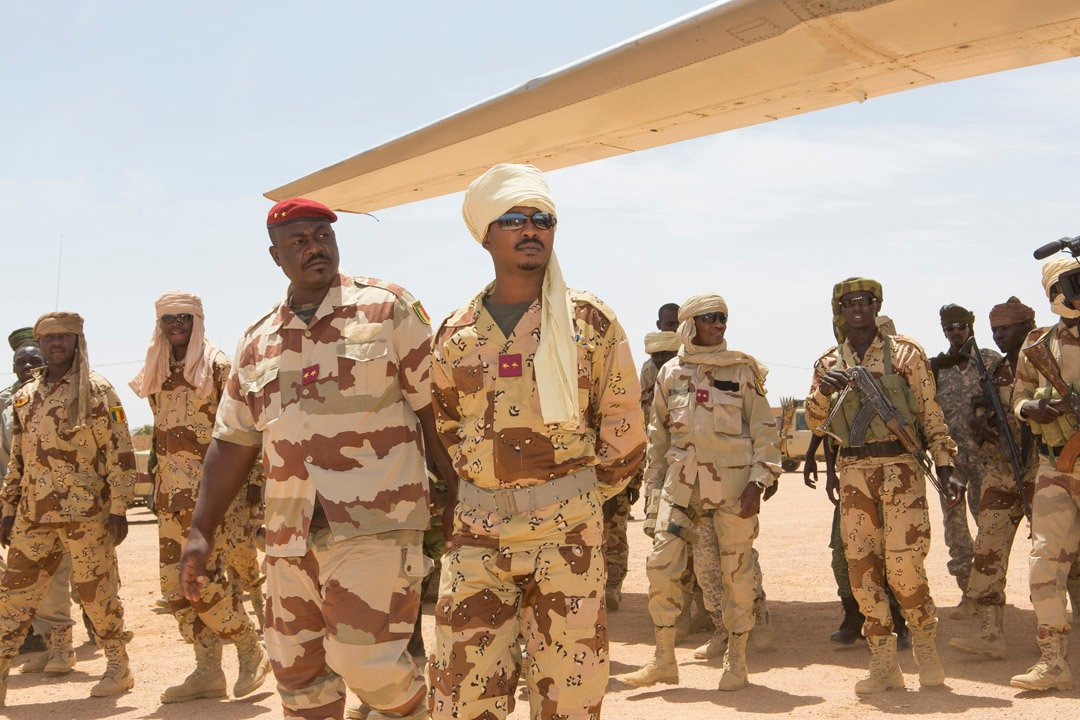 Le général Oumar Bikimo, à la tête des forces armées tchadiennes (g.), et Mahamat Idirss Déby, le fils du président (d.), à Kidal, au Mali.