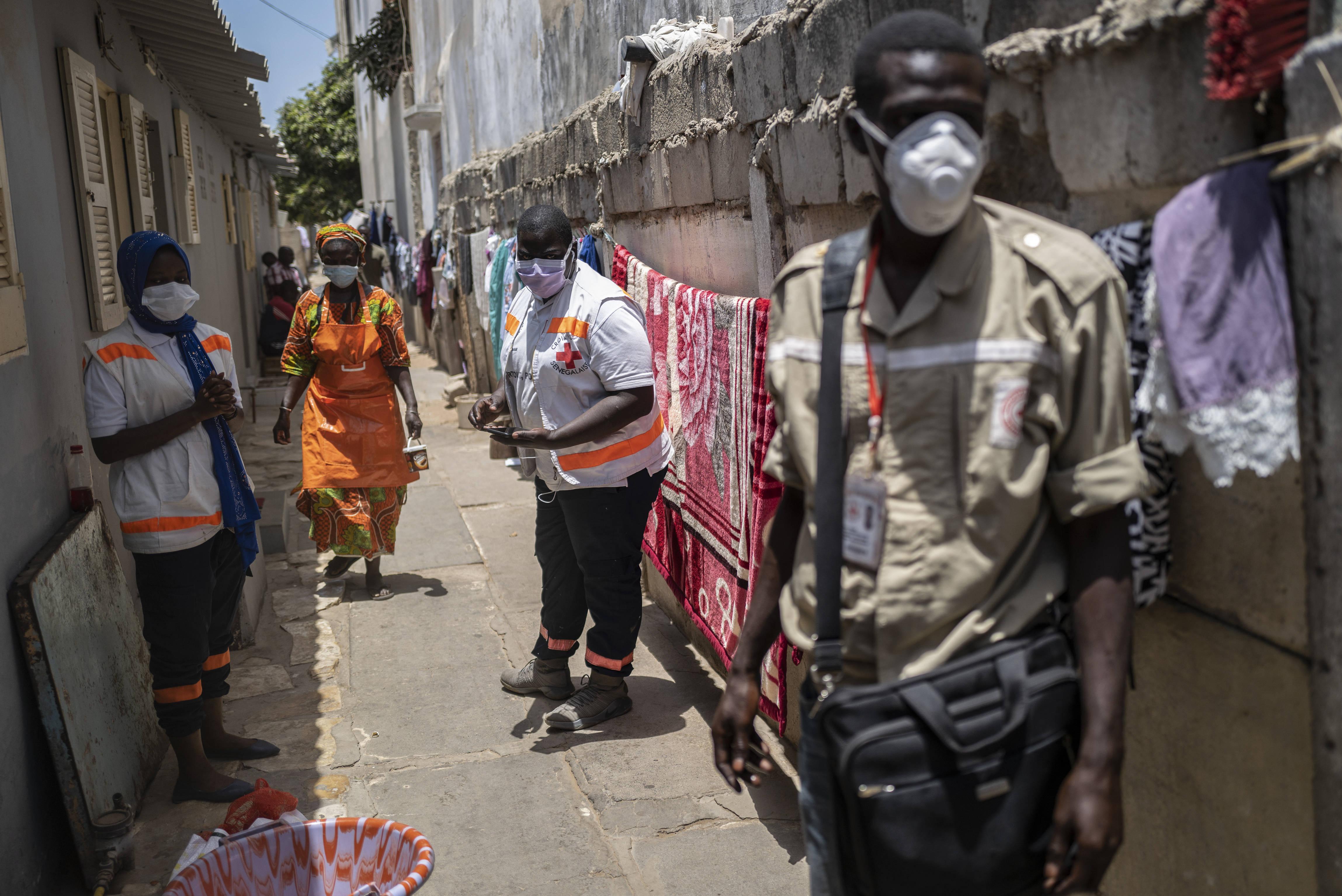 La Croix Rouge sénégalaise lors d'une campagne de prévention contre le coronavirus dans la capitale Dakar, le 18 avril 2020.