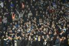 Les fans de Newcastle United encouragent leur équipe lors d'un match de Premier League à Birmingham, le 25 novembre 2019.
