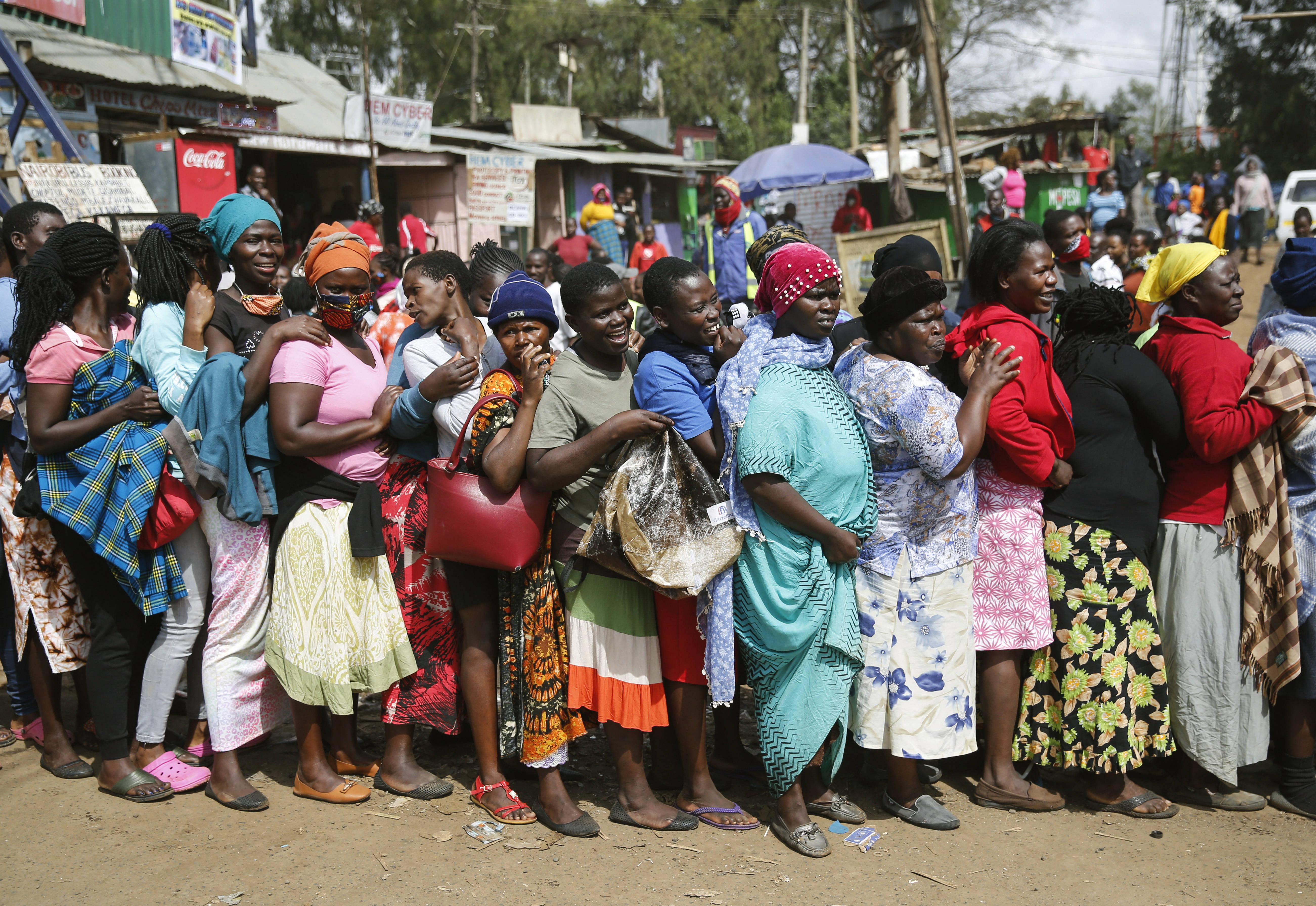 A Nairobi, des femmes font la queue pour une distribution de nourriture pour ceux qui souffrent des mesures restrictives liées au coronavirus au Kenya.
