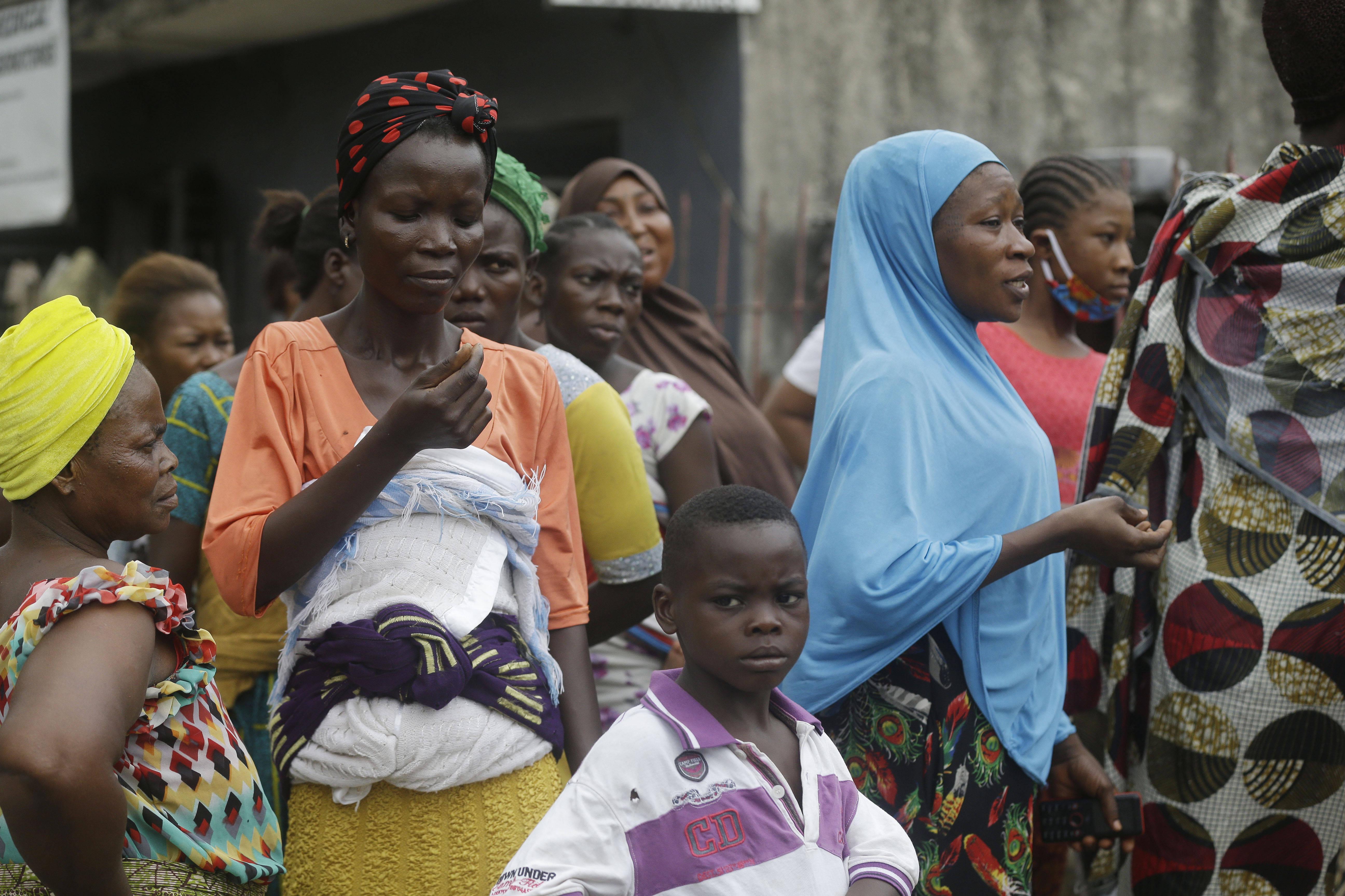 Des femmes attendent une distribution de nourriture de la Croix Rouge, à Lagos (Nigeria), le 25 avril 2020.