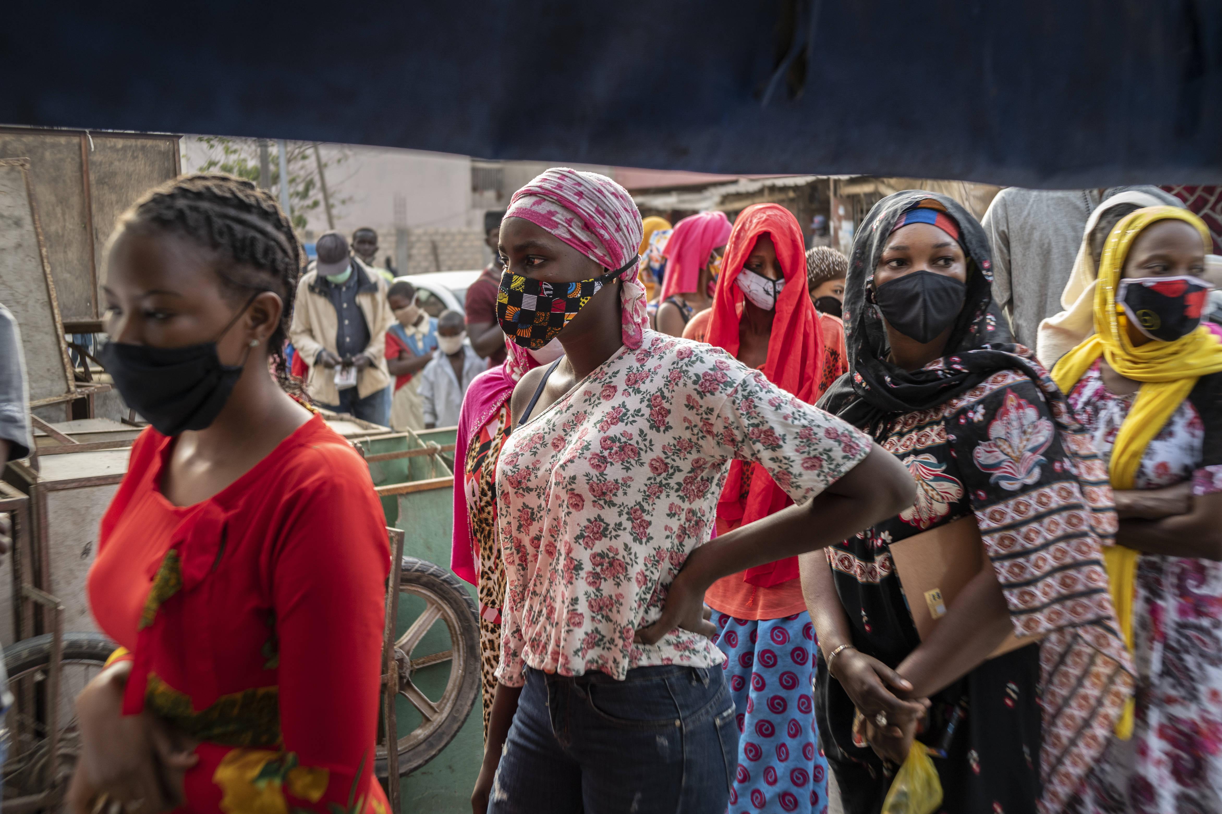 Des clientes portant des masques pour se protéger du coronavirus font la queue devant une boulangerie, à Dakar, le 25 avril 2020 (illustration).