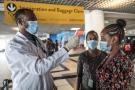 Un membre de l'Institut de santé public éthiopien prend la température d'un membre du personnel de l'aéroport à un point de contrôle, à l'aéroport international d'Addis-Abeba – Bole, le 17 mars 2020.