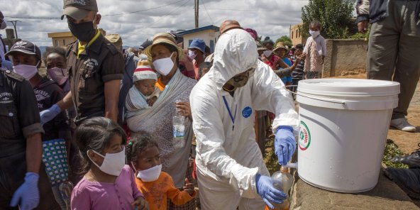 Distribution de bouteilles contenant du Covid-Organics, à Madagascar, le 24 avril.