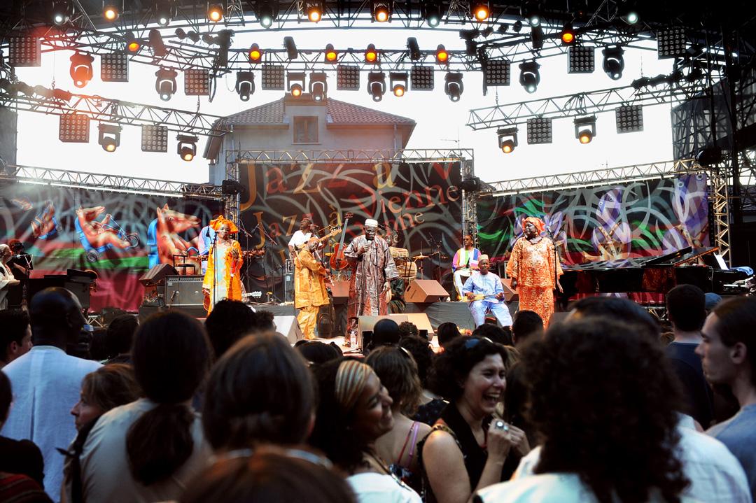 Un concert, au festival Jazz à Vienne, en 2009, de Hank Jones, Cheick Tidiane Seck & the Mandinkas.