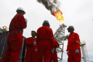 Des travailleurs parlant sur tanker sur le site offshore de Bonga.