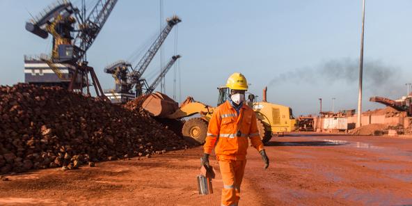 Travailleur du consortium franco-sino-singapourien SMB, dans le port minéralier de Katougouma, près de Boké,en Guinée, en janvier 2019 .