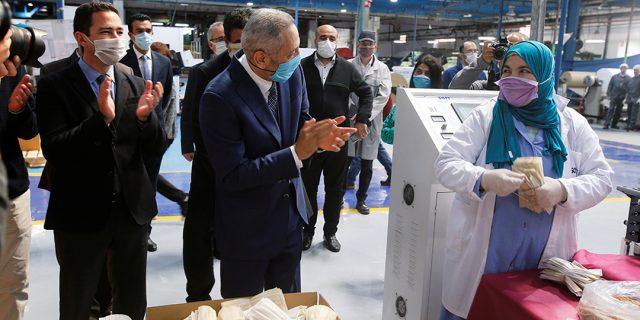 Le ministre de l'Industrie, Moulay Hafid Elalamy, encourageant les employés d'une usine textile de productions de masque, à Casablanca le 10 avril 2020.