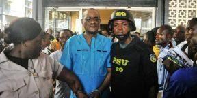 L'ancien vice-gouverneur de la Banque centrale du Liberia (CBL), Charles Sirleaf (au centre), fils de l'ex-présidente Ellen Johnson Sirleaf, devant le tribunal à Monrovia le 4 mars 2019.