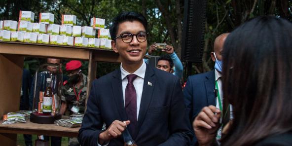 Президент Андри Раджоелина 20-апрелде Мадагаскардагы Антананариве шаарында Ковид-Органикс презентациясын сунуштайт.