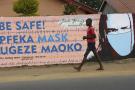 Un jeune garçon passe devant un mur avec des graffitis exhortant les gens à porter des masques à Harare, au Zimbabwe, le 28 mai 2020.