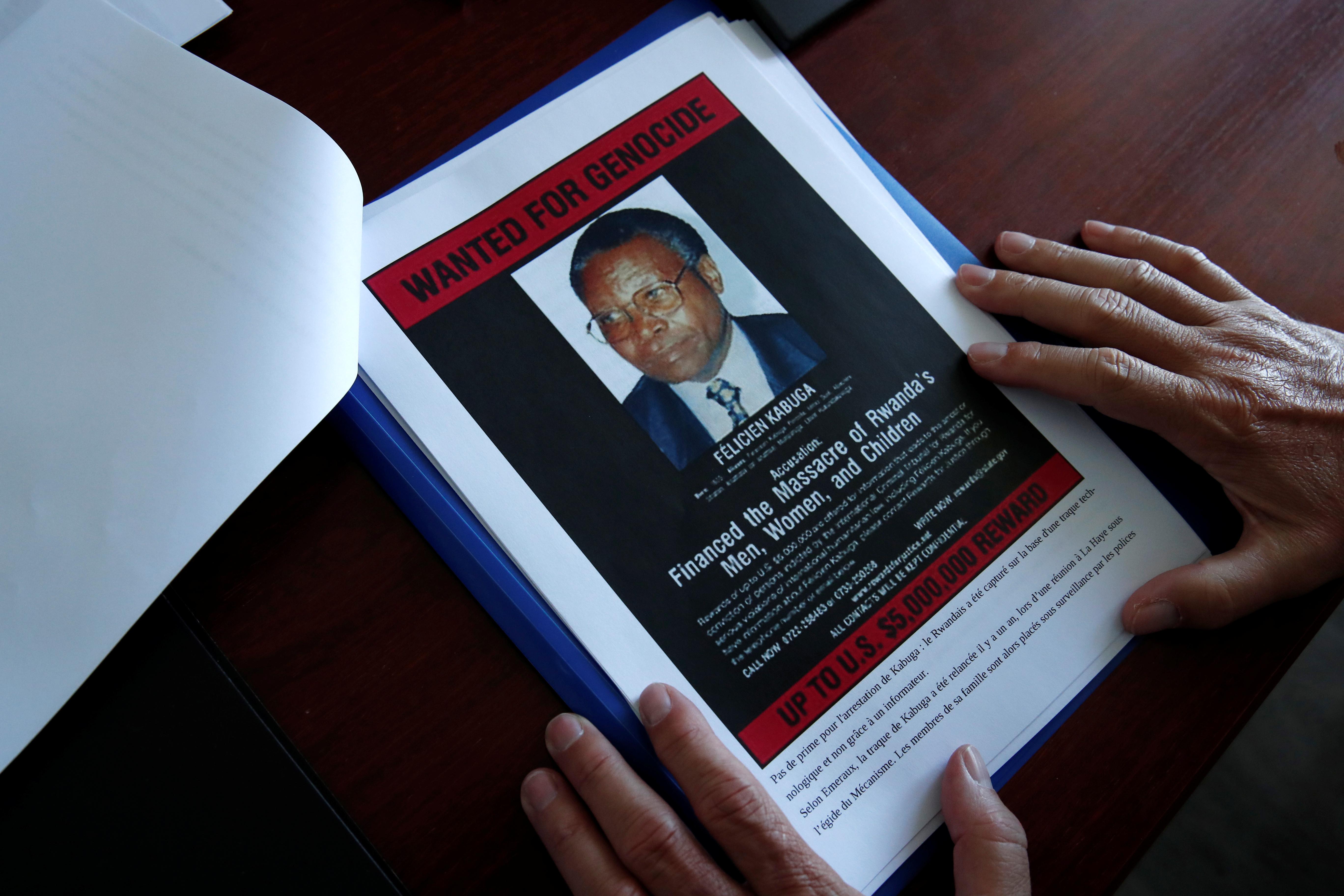 Le dossier sur Félicien Kabuga, entre les mains d'un enquêteur de l'Office central de lutte contre les crimes contre l'humanité, les génocides et les crimes de guerre (OCLCH), à Paris, le 19 mai 2020.