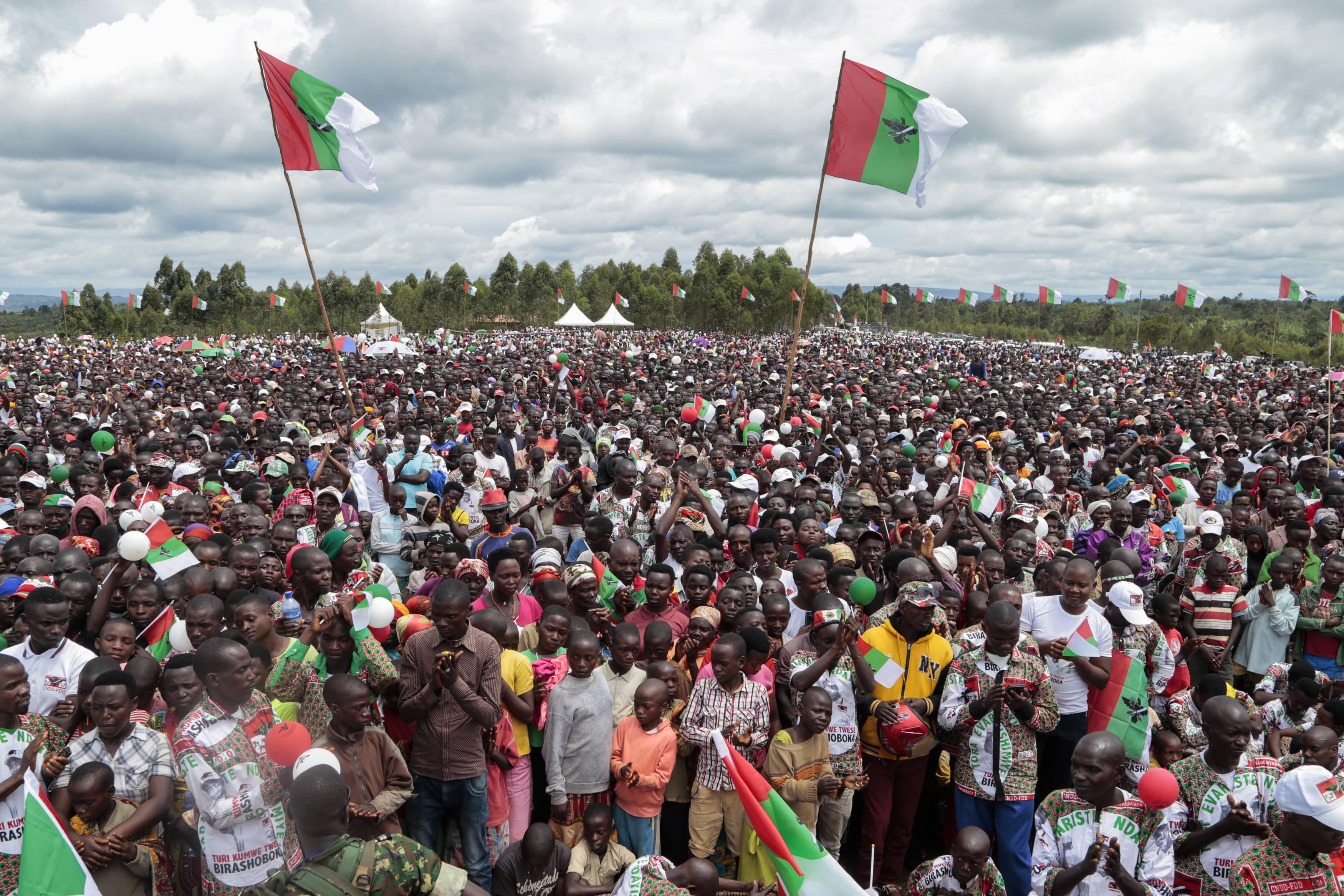 La foule lors d'un meeting du CNDD-FDD à Gitega, pendant la campagne pour la présidentielle au Burundi, le 27 avril 2020.