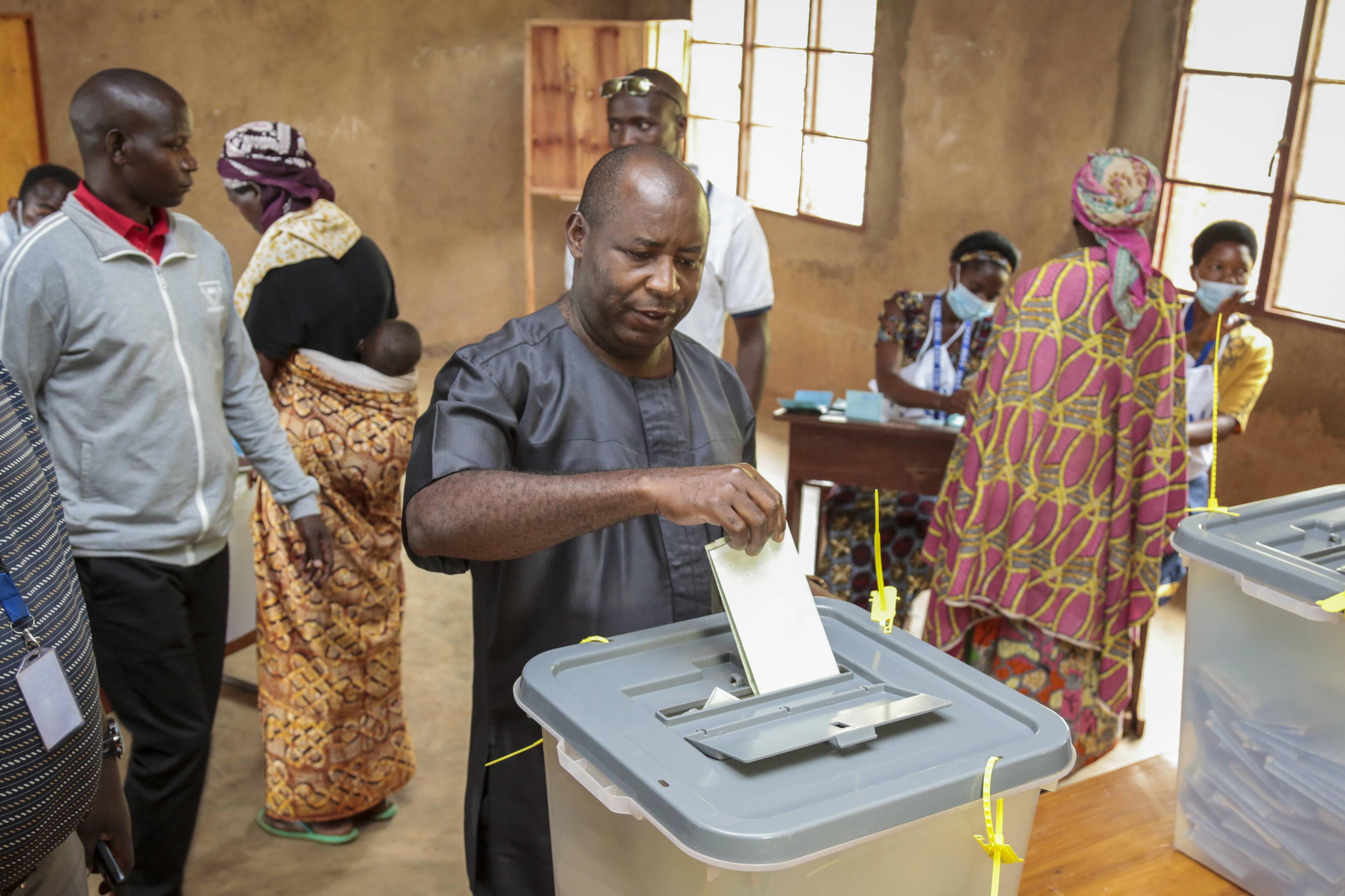 Évariste Ndayishimiye, candidat du CNDD-FDD à la présidentielle au Burundi, lors du vote le 20 mai 2020, à Giheta, dans la province de Gitega.