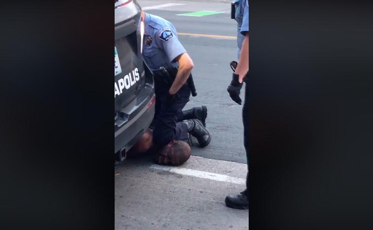 Un policier immobilise George Floyd, le 26 mai 2020 à Minneapolis.