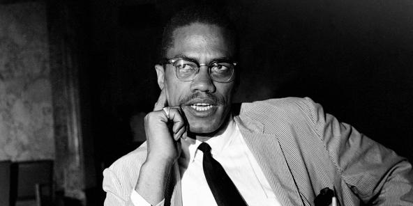 Malcolm X lors d'une conférence de presse à New York, le 21 mai 1964. Il venait tout juste de revenir d'un voyage en Afrique