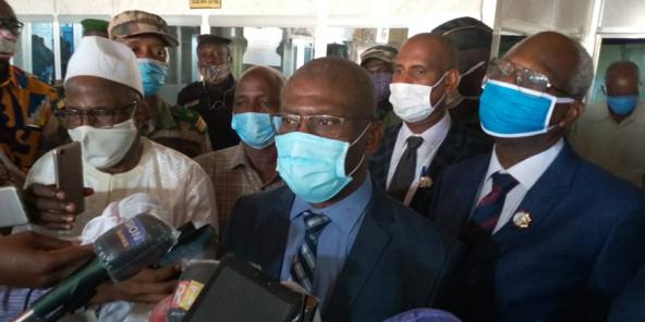 Kabinet Cissé (au centre), après son élection à la présidence de la Commission électoral nationale indépendante de Guinée, le 26 mai 2020.