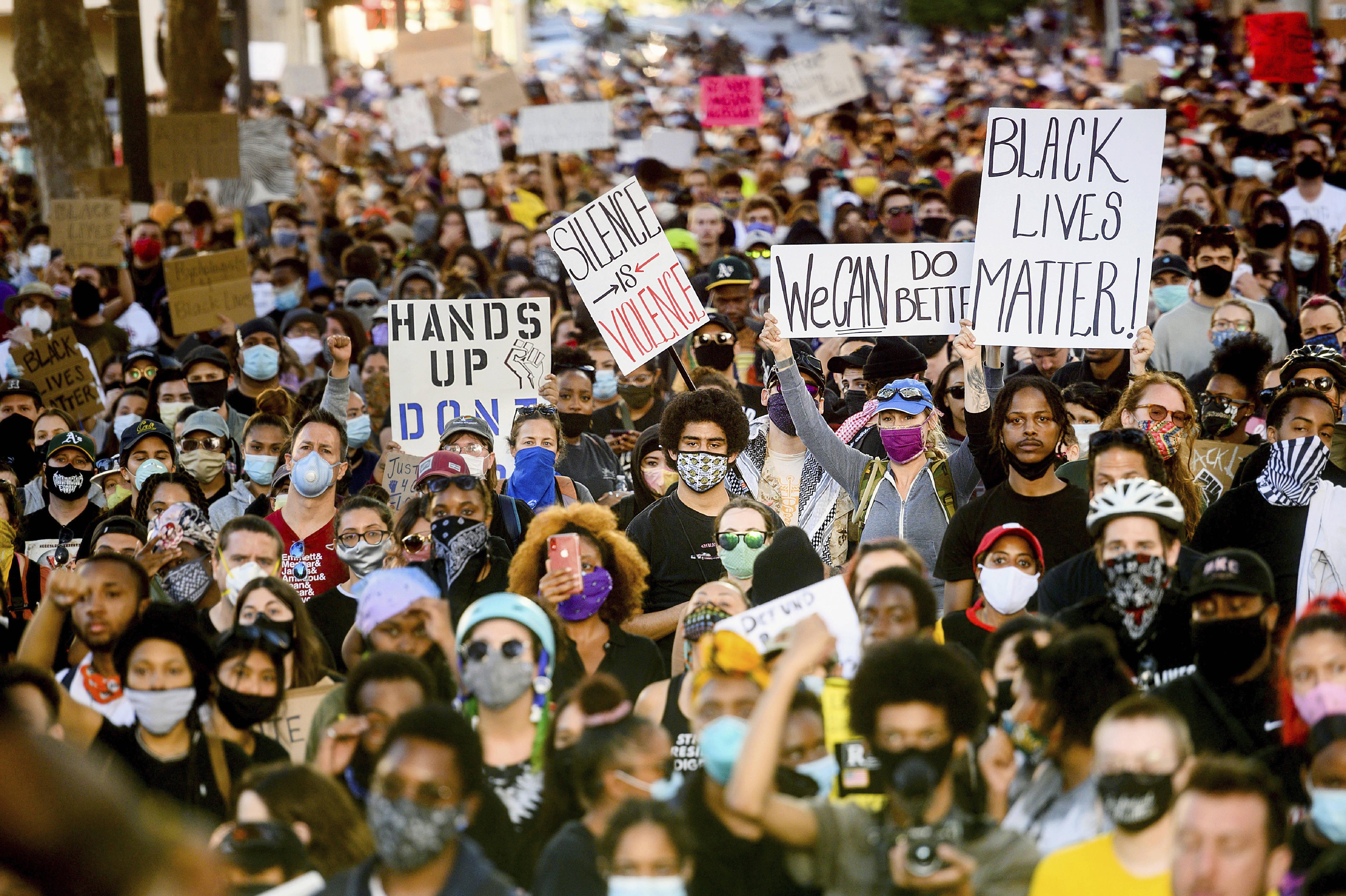 Plusieurs milliers de manifestants se rassemblent à Oakland, en Californie, le lundi 1er juin 2020.
