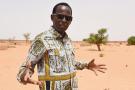 L'humoriste Mamane montre le site où il va construire sa future école de comédie, à Niamey, le 3 juillet 2019.