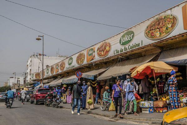 Une photo prise le 3 juin 2020 montre des gens faisant leurs achats dans un marché en plein air à Dakar, au Sénégal.