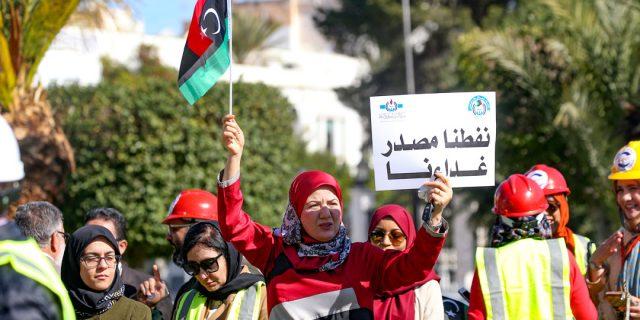 Des Libyens manifestants devant l'ONC pour une distribution plus égalitaire des revenus du pétrole.