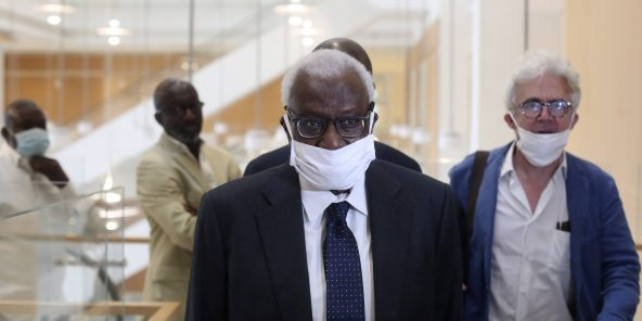 Lamine Diack arrive au palais de justice de Paris, accompagné de son avocat Me William Bourdon, lundi 8 juin 2020.