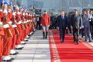 Le président français Emmanuel Macron, accueilli par le roi Mohammed VI, à son arrivée au Maroc le 15 novembre 2018.