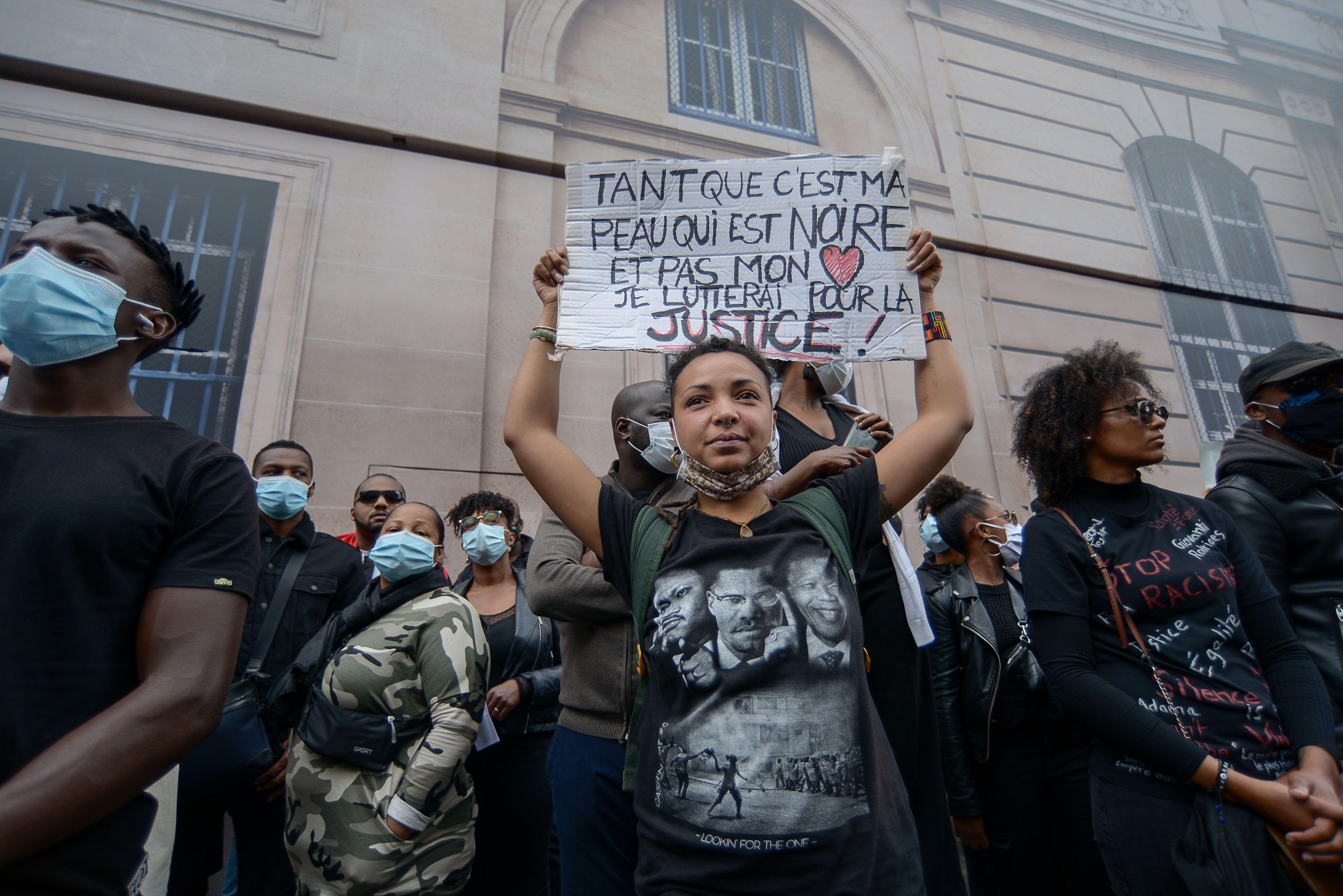 Un grand nombre de personnes se sont rassemblées le 6 juin 2020 place de la Concorde,à Paris, pour dénoncer les violences policières en France, réclamant justice pour Adama Traoré, justice pour tous et brandissant des pancartes Black Lives Matter.
