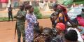 Des gendarmes centrafricains sécurisent la morgue de l'hôpital communautaire de Bangui, pendant la pandémie de coronavirus, le 10 juin 2020.