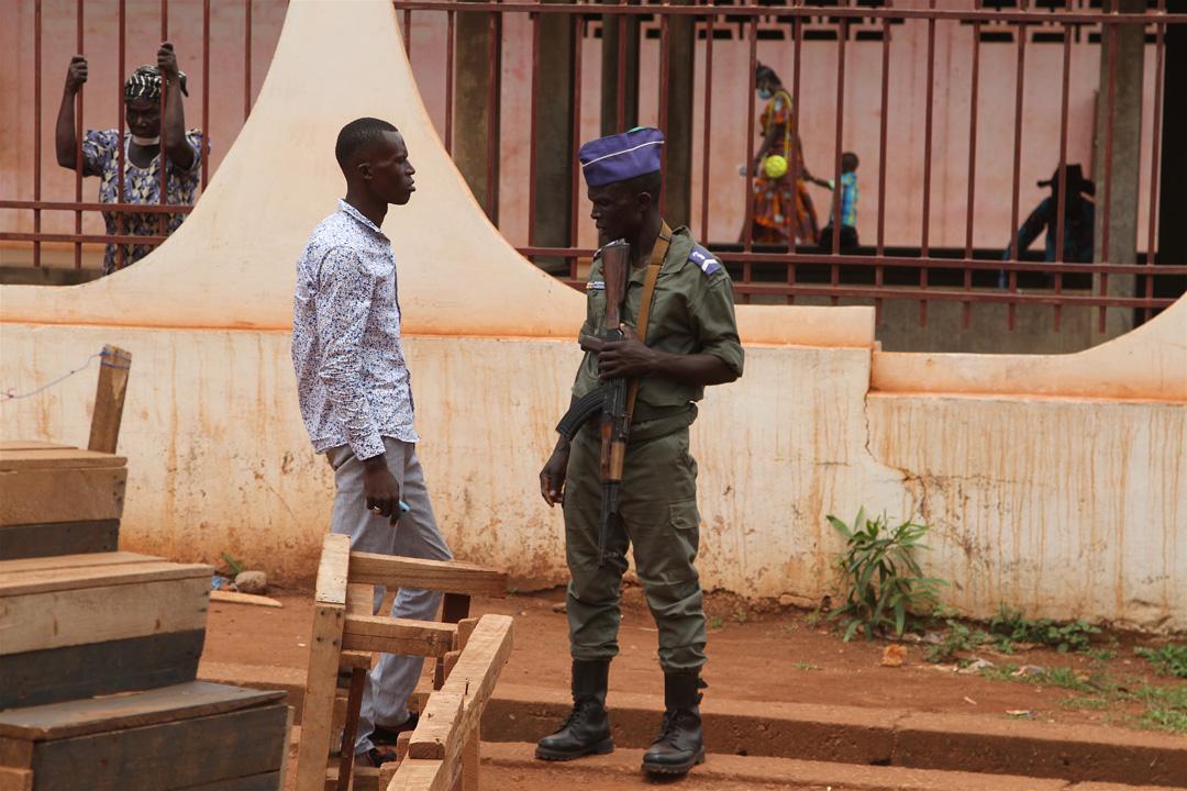 Un gendarme sécurise la morgue de l'hôpital communautaire de Bangui, pendant la pandémie de coronavirus, le 10 juin 2020.
