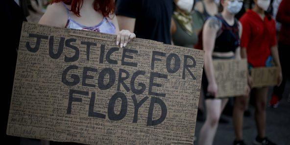 Des manifestants demandSuite à la mort de George Floyd aux mains de la police, des manifestants réclament justice dans le Kansas, aux États-Unis, le 13 juin 2020.
