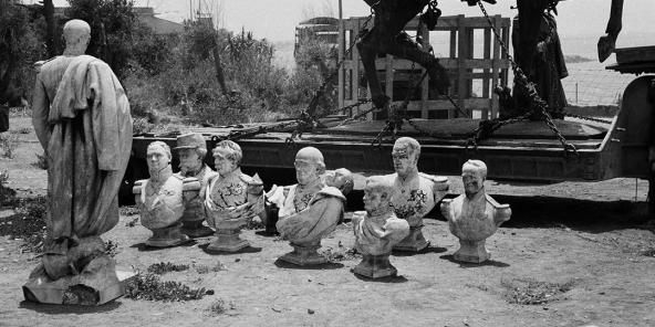 Les bustes déboulonnés des gouverneurs successifs de l'Algérie coloniale, en juillet 1962. A gauche, celui du maréchal Bugeaud.