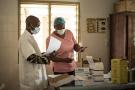 Un personnel soignant qui enregistre le test effectué sur un enseignant au Bénin, dans le cadre d'un dépistage de masse.