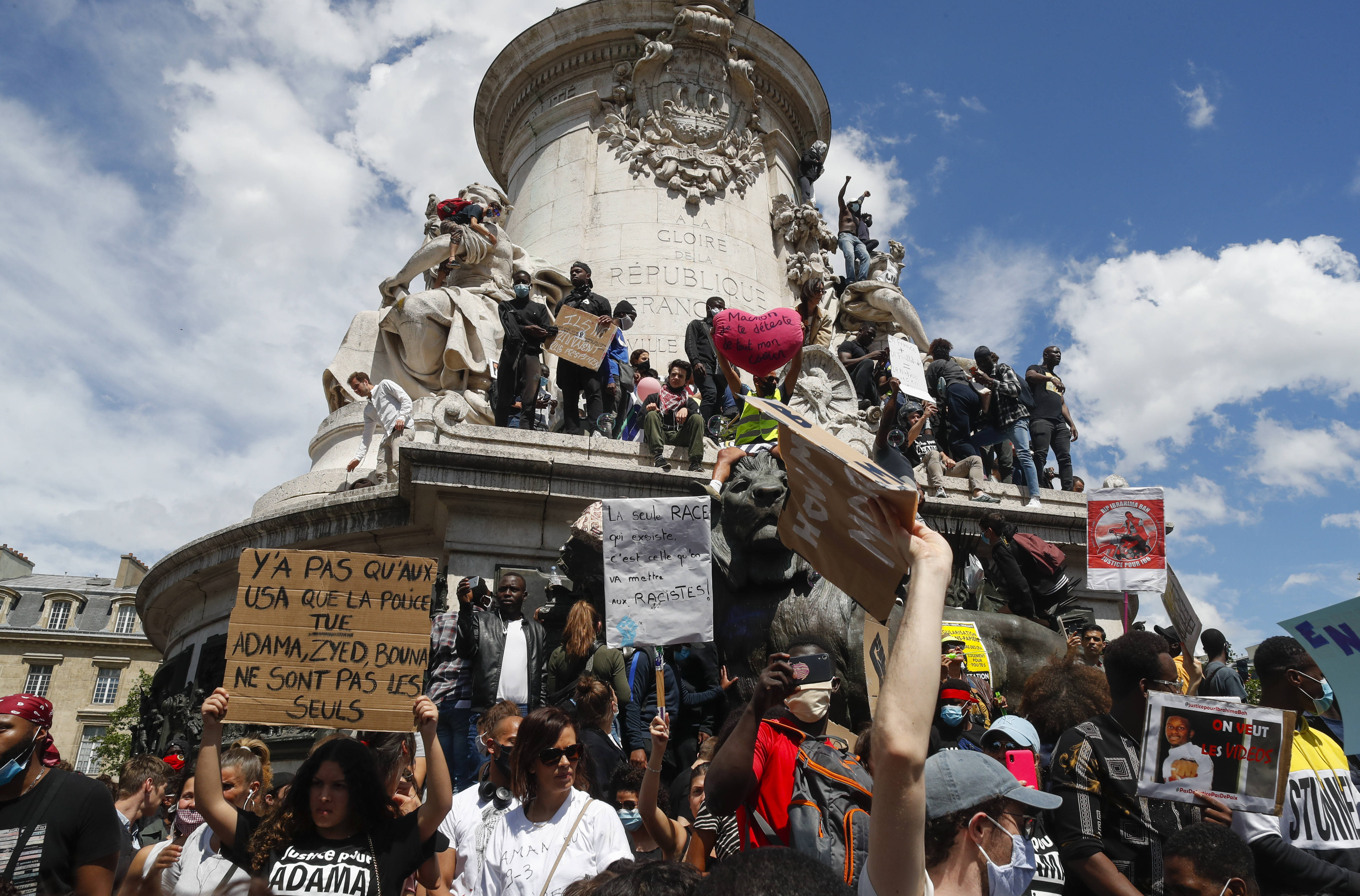 Des milliers de personnes participent à une marche organisée par les proches d'Adama Traoré contre la brutalité policière et le racisme, à Paris, le 13 juin 2020.