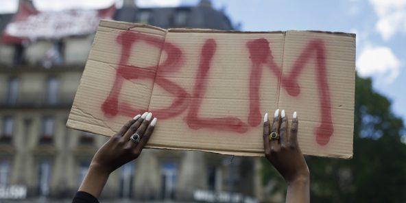 """Une pancarte indiquant """"BLM"""", """"Black Lives Matter"""", lors d'une manifestation contre les violences policières en France, le 13 juin 2020."""