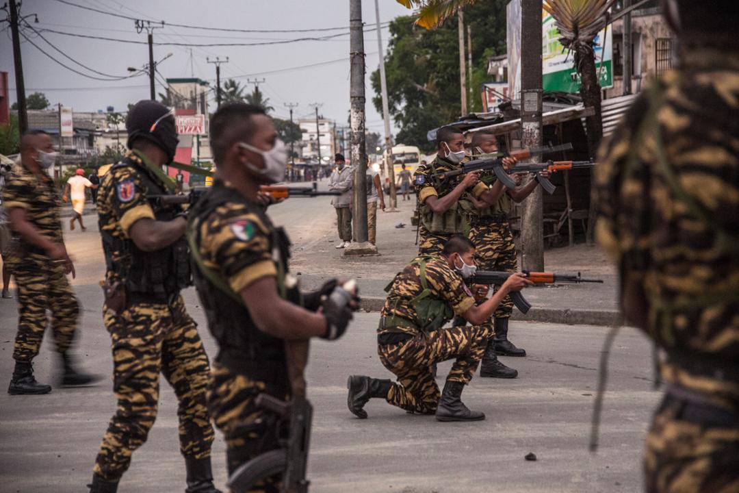 Les gendarmes dispersent les résidents du quartier d'Androranga, où a éclaté une émeute, le 3 juin 2020, à Tamatave.