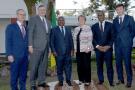 Nicolas Terraz (directeur Afrique de Total E&P) et Patrick Pouyanné (PDG de Total) lors de l'officialisation de la reprise du projet avec Nyusi Filipe (le président mozambicain, au centre), et les offciels du groupe Occidental, à droite, en septembre 2019.