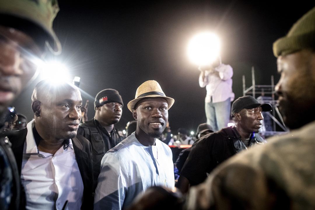 Le Sénégalais Ousmane Sonko, candidat aux présidentielles pour le PASTEF, salue ses supporters à son arrivée pour son meeting au Stade Alassane-Djigo à Pikine, le 21 février 2019.