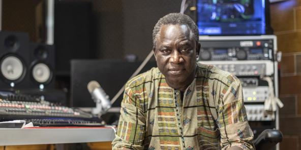 Thione Seck, chanteur et musicien Senegalais, dans le studio de son domicile.