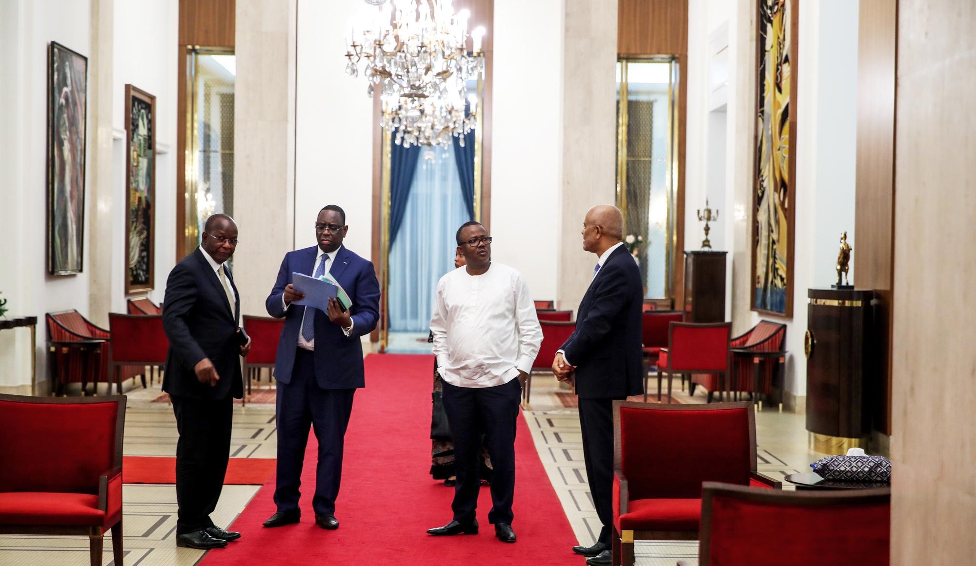 Le nouveau président bissau-guinéen, Umaro Sissoco Embaló (chemise blanche), durant une visite de courtoisie, à Dakar, en mars.