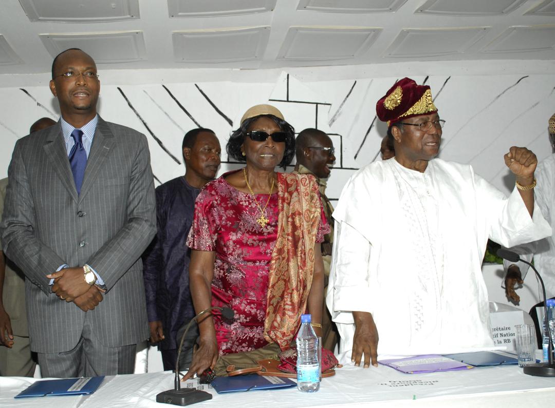 De g. à dr. : Léhady Soglo, alors président de la Renaissance du Bénin, sa mère Rosine et son père, Nicéphore, à Abomey en 2010.