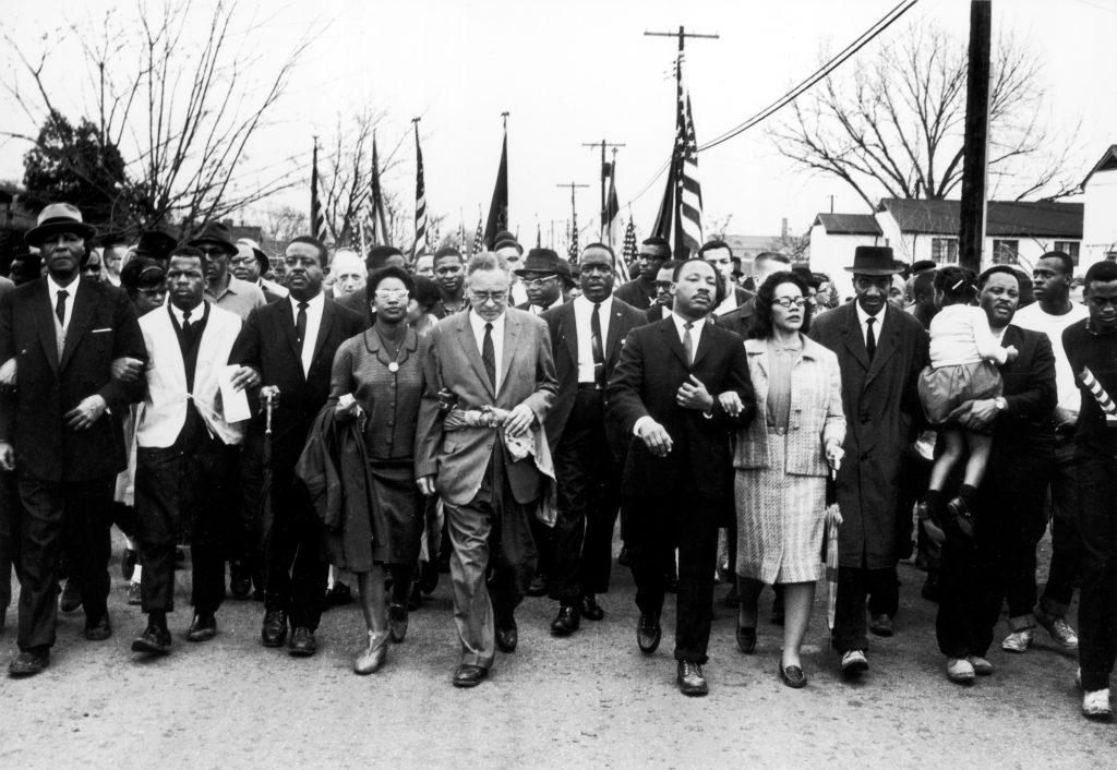 Marche de Selma, menée par Martin Luther King, le 25 mars 1965. Le groupe N.W.A, interprète du titre « Fuck tha police »
