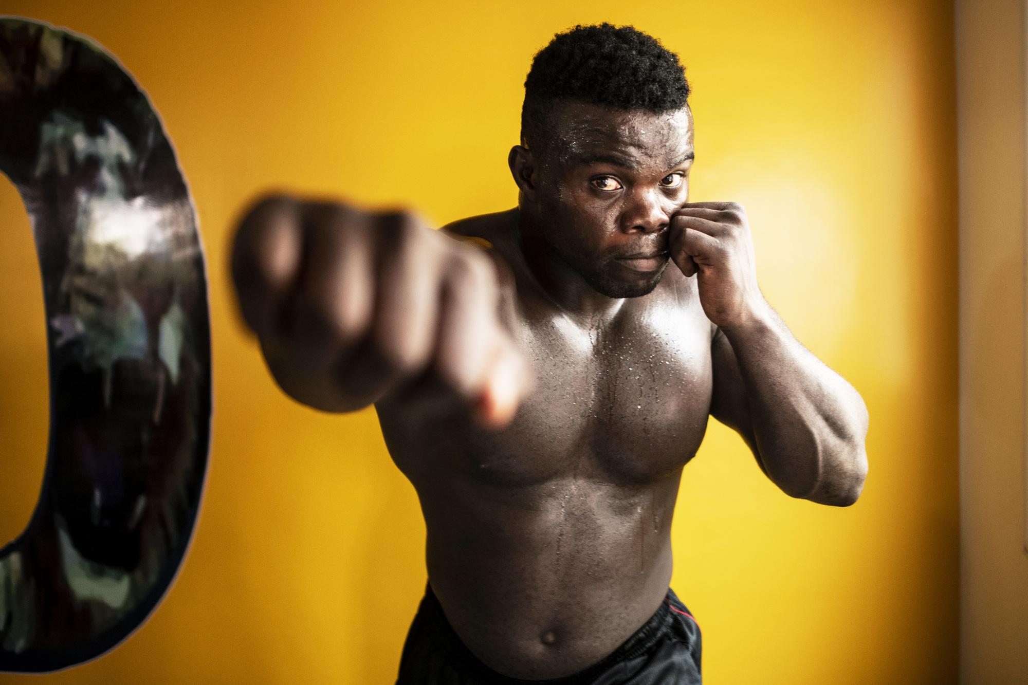 Rencontre avec le lutteur sénégalais Reug Reug dans sa salle d'entraînement à Mbao en banlieue de Dakar.