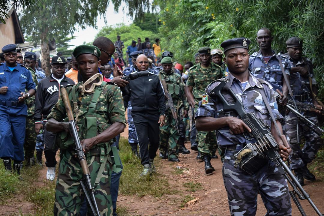 Alain-Guillaume Bunyoni (au centre), lorsqu'il était ministre de la Sécurité de Pierre Nkurunziza, à Ruhagarika le 12 mai 2018, après une attaque menée par un groupe armé venu de la RDC voisine quelques jours avant le référendum.