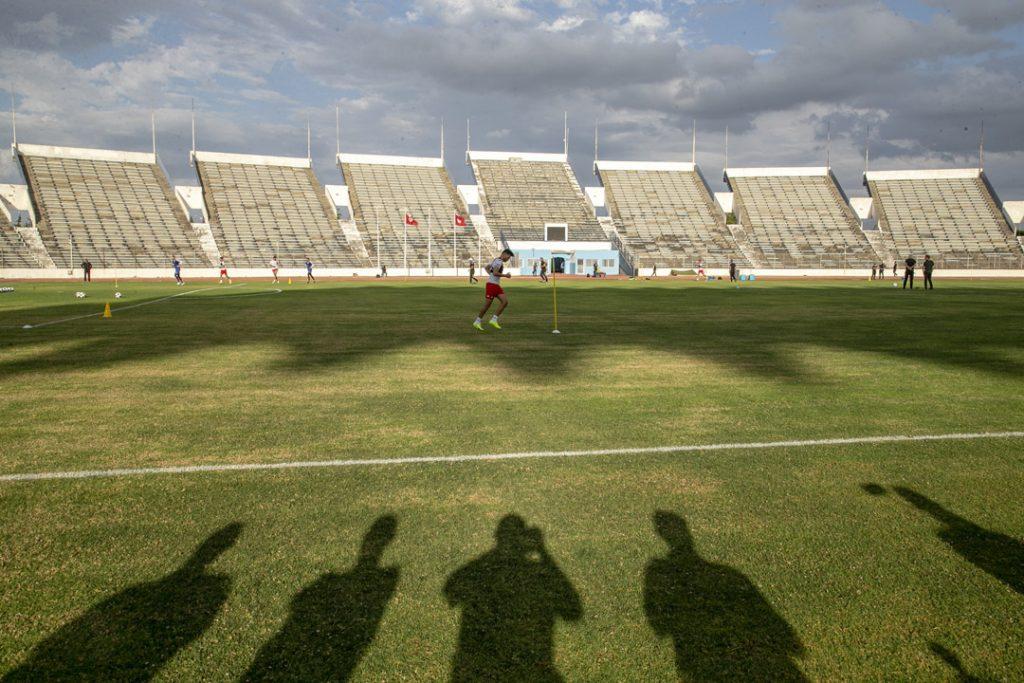 L'équipe de foot nationale tunisienne s'entraîne dans le stade olympique El Menzah à Tunis, en juin 2020.