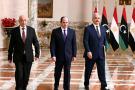 Le président égyptien Abdel Fattah Al-Sissi (au centre), le maréchal Khalifa Haftar (à dr.) et le porte-parole du parlement libyen installé à Tobrouk, Aguila Saleh, le 6 juin 2020, au Caire.